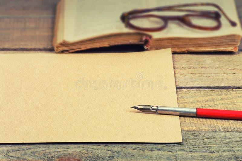老纸、笔、书和玻璃 图库摄影