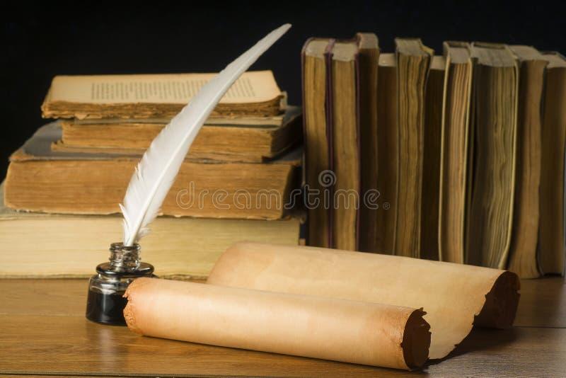 老纸纸卷背景旧书、墨水池和笔的 免版税库存照片