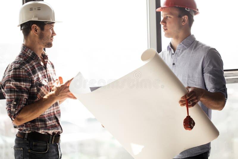 老练的建筑师tranfering技能到一年轻一个 免版税库存图片