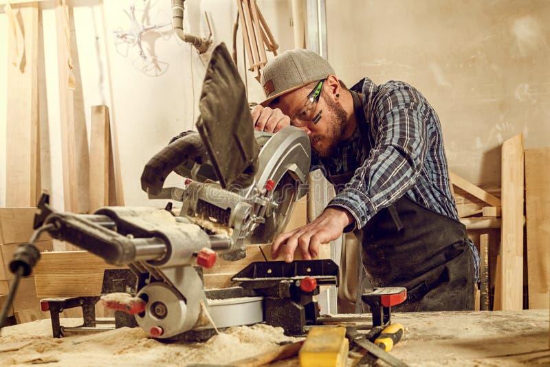 老练的木匠在车间 库存图片