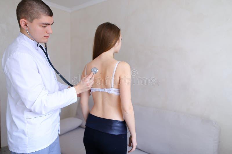 老练的男性治疗师诊断走向rec的少妇 库存图片