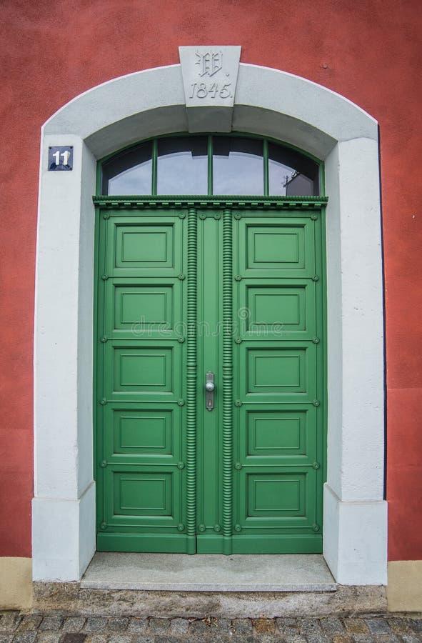 老绿色木门在一个石头门户在迈森,德国 免版税库存照片