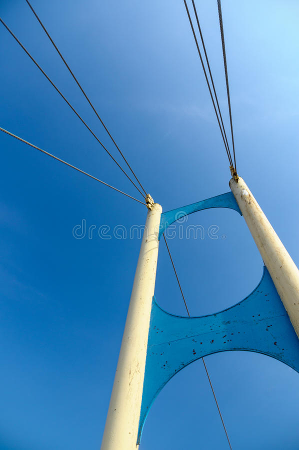 Download 老缆绳停留了桥梁反对蓝天 库存图片. 图片 包括有 腐蚀, 设计, 线路, 城市, 金属, 编译, 蓝色 - 59111923