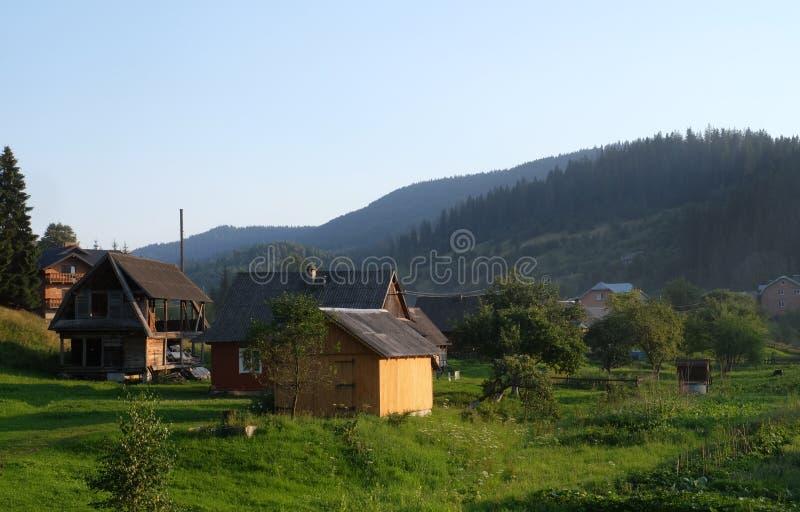 老罗马尼亚村庄视图在喀尔巴阡山脉 免版税库存图片