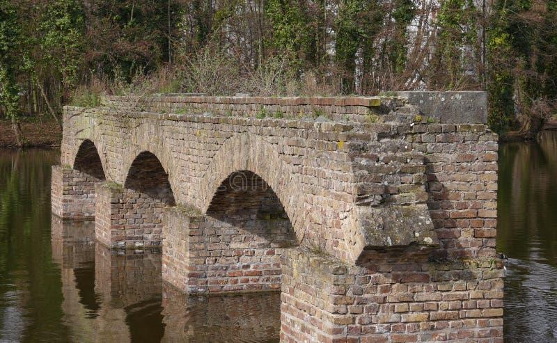 老罗马渡槽残余,在一个湖在科隆,德国 免版税库存照片