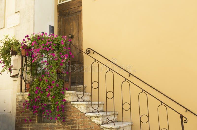 老美丽的城市在托斯卡纳,蒙特普齐亚诺,意大利 免版税库存照片
