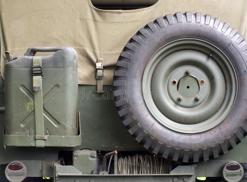 老美国二战军事吉普关闭的后方的减速火箭的样式图象与军用设备细节  库存图片