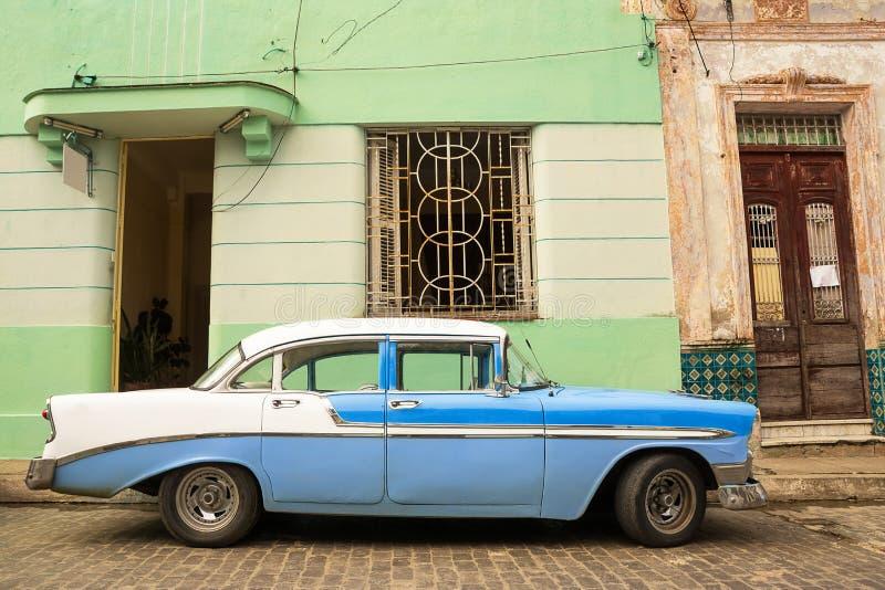 老美国汽车在古巴街道上停放了 库存照片
