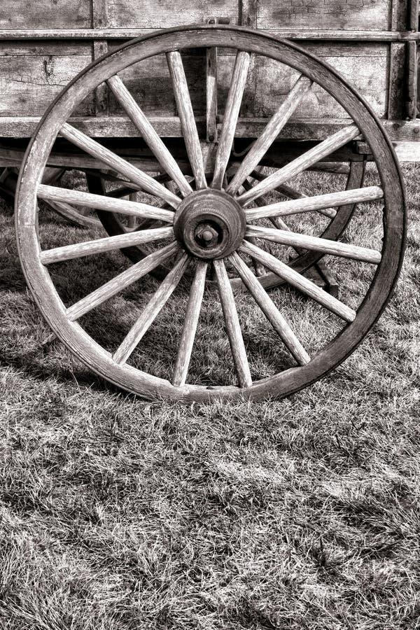 老美国草原篷车无盖货车木头轮子 库存图片