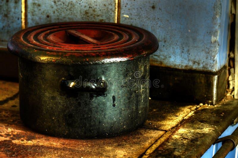 老肮脏的搪瓷罐 免版税图库摄影