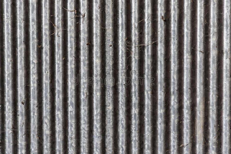 老肮脏的锌篱芭和蜘蛛网在左边点燃 免版税库存图片