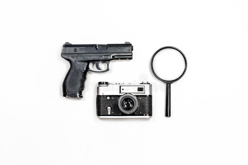 老胶卷相机,放大镜,枪 白色背景特写镜头 图库摄影