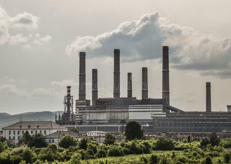 老能源厂看法有大具体熔炉的 下落的化工共产主义产业 免版税库存照片