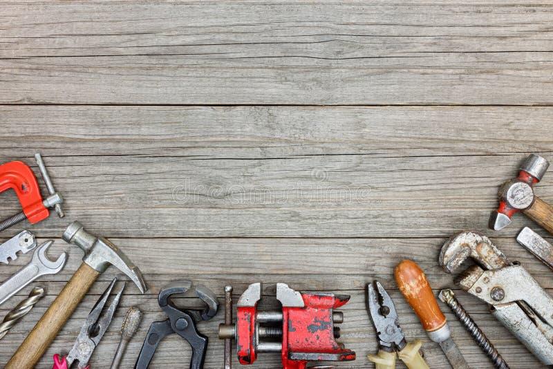 老脏的工具箱包括锤子,钻子,钳子,板钳 免版税库存照片