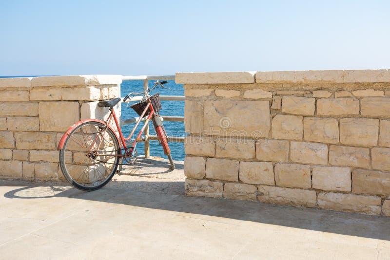 老自行车停放在通入向海 库存图片