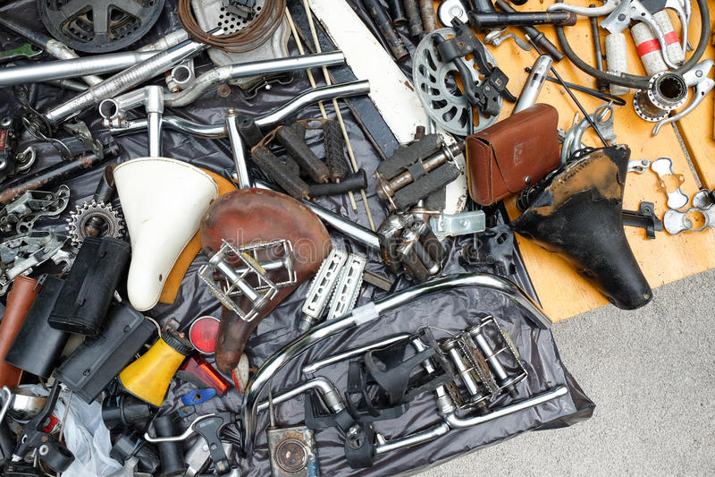 老自行车备件和辅助部件在堆 库存图片