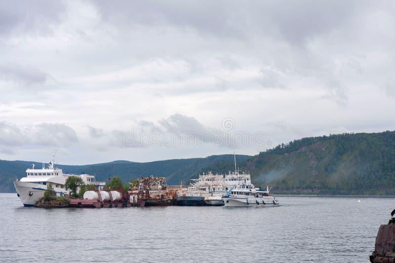 老船在湖中间被停泊并且形成海岛 免版税库存照片