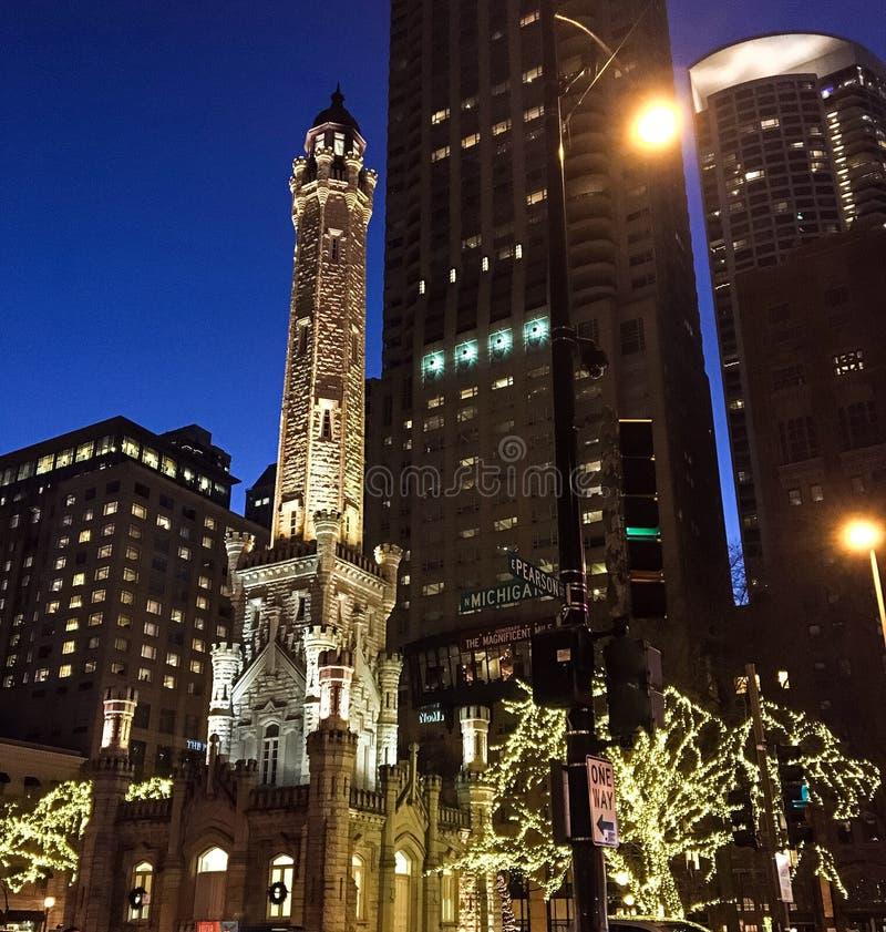 老芝加哥水塔在晚上,圣诞节 免版税库存照片