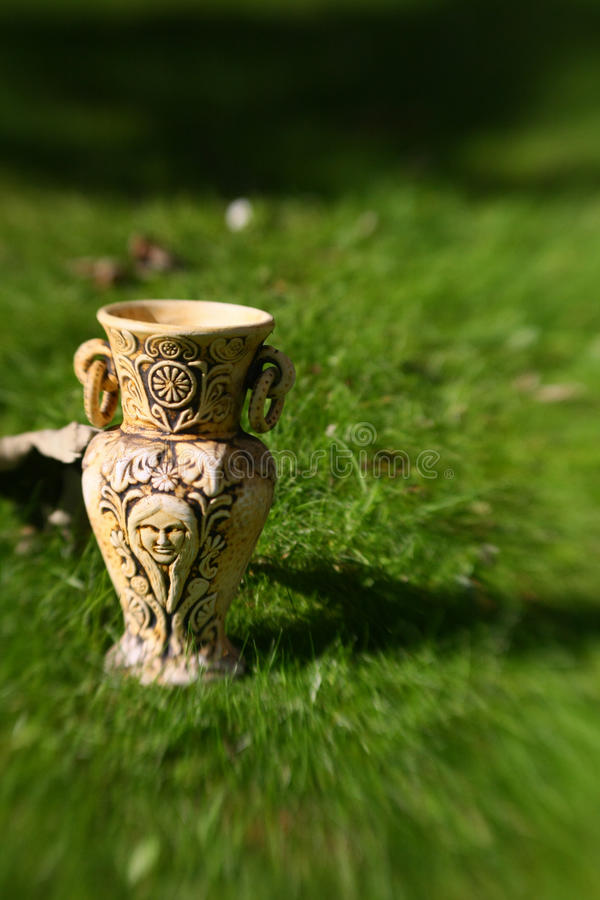Download 老花瓶 库存图片. 图片 包括有 投手, amtrak, 背包, 工艺, browne, 文化, 希腊语 - 22358867