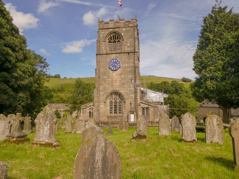 老英国教会和坟墓围场 免版税库存图片