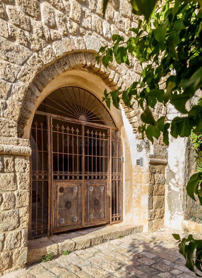 老葡萄酒双门在老贾法角,以色列 免版税库存照片