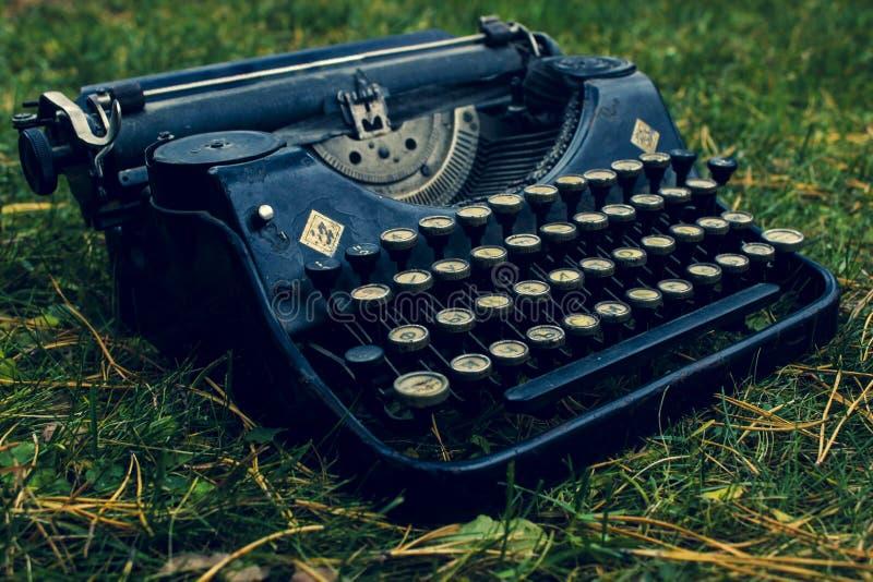 老葡萄酒德国黑打字机 免版税库存照片