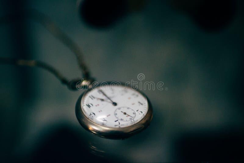 老葡萄酒怀表时钟时间选择聚焦摘要黑暗的背景 图库摄影