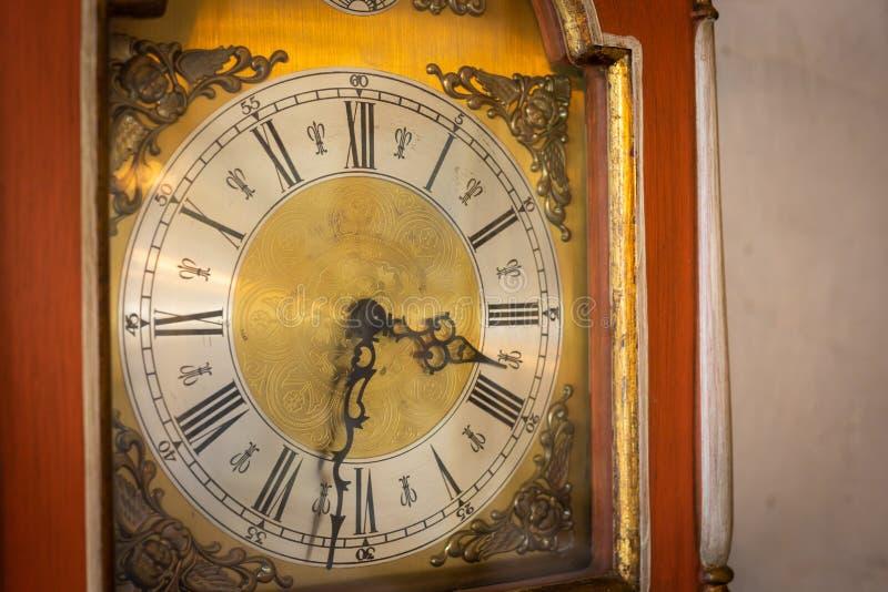 老葡萄酒或经典时钟表盘与木框架在墙壁上 库存照片