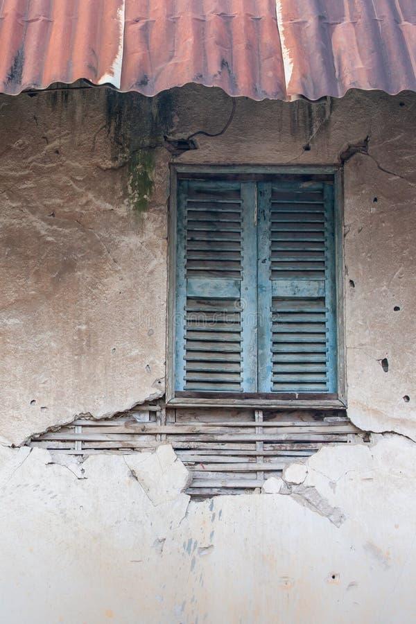 老葡萄酒房子,一破裂和被腐蚀的wa的背景纹理 免版税库存照片