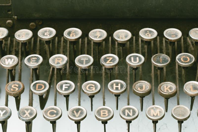 老葡萄酒打字机机器特写镜头背景-文字概念背景-多灰尘的被放弃的打字机-作家块骗局 免版税库存照片