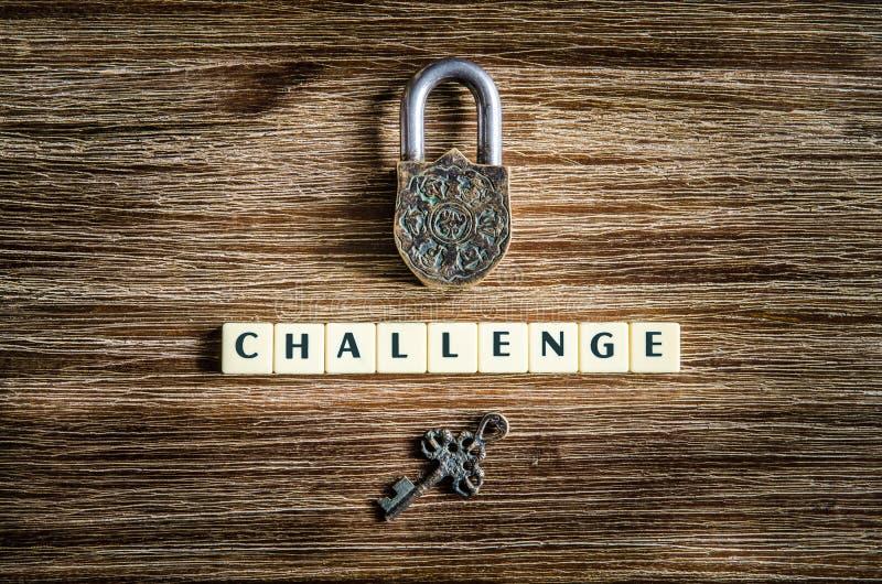 老葡萄酒挂锁和钥匙与挑战签字 免版税库存照片