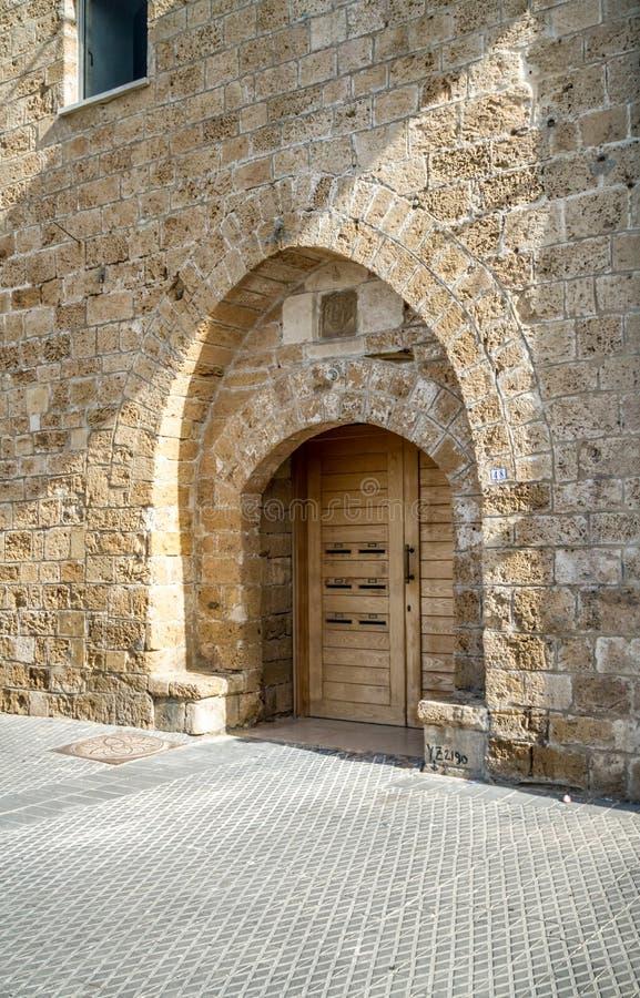 老葡萄酒木双门在老贾法角,以色列 免版税库存照片