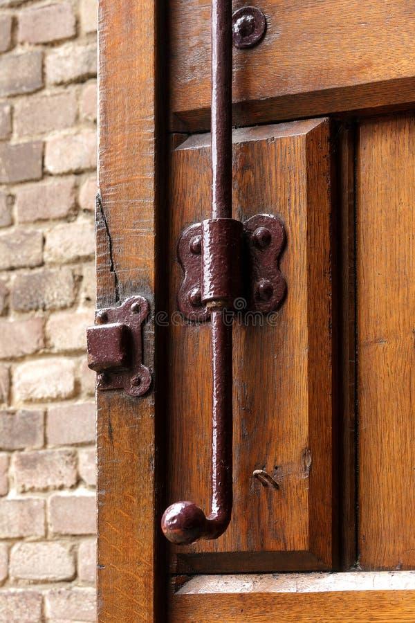 老葡萄酒木门锁锁生锈的棕色砖墙伪造了木闸式阀门闩螺栓抓住 免版税库存图片