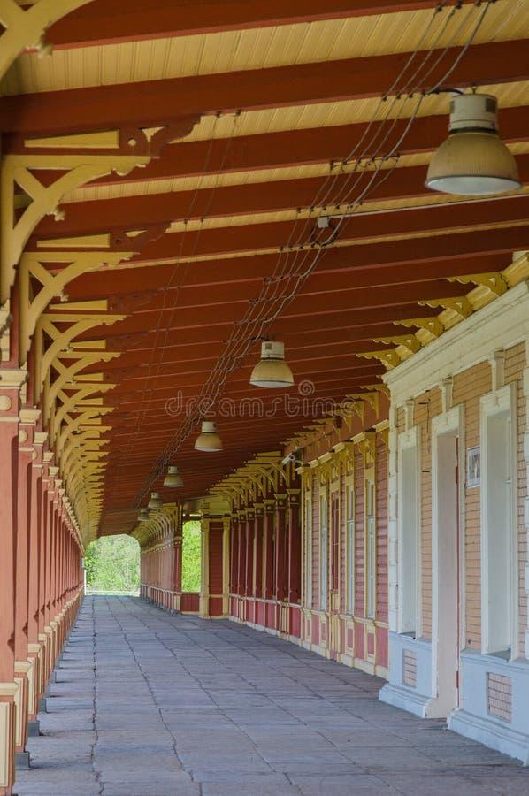 老葡萄酒样式火车站平台在哈普沙卢 免版税库存图片
