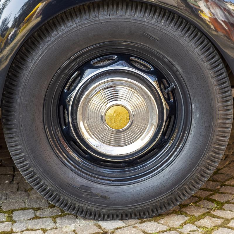 老葡萄酒汽车轮胎 r 库存图片