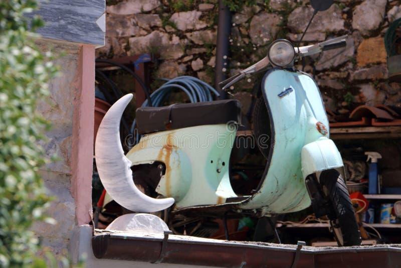 老葡萄酒滑行车在一个村庄在意大利 免版税库存图片