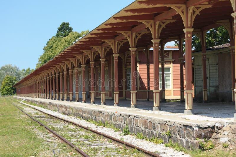 老葡萄酒火车站平台在哈普沙卢,爱沙尼亚 库存照片