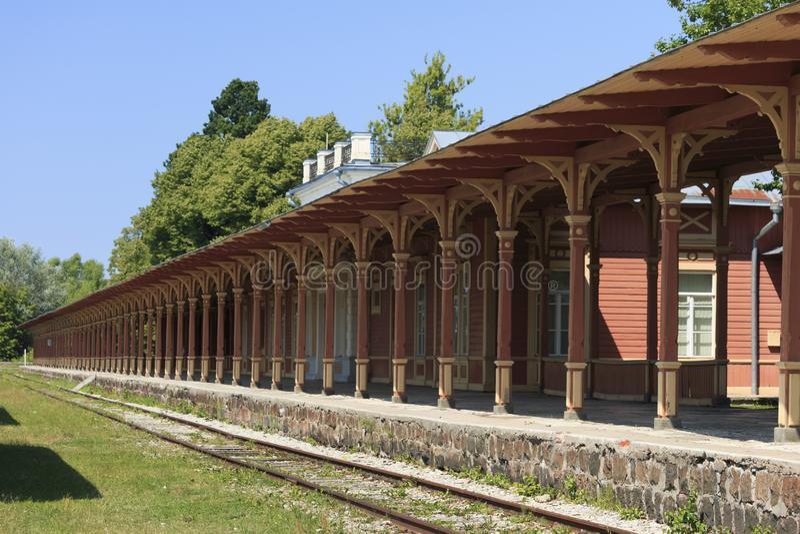 老葡萄酒火车站平台在哈普沙卢,爱沙尼亚 免版税库存图片