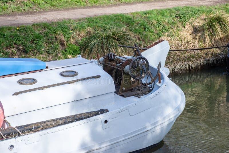 老葡萄酒生锈的手绞盘和船锚在一条小船的船尾在肯尼特和Avon运河 库存图片