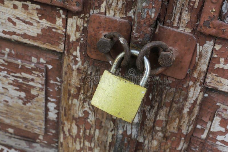老葡萄酒生锈的挂锁 免版税库存照片