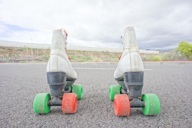 老葡萄酒白色冰鞋起动 免版税库存图片