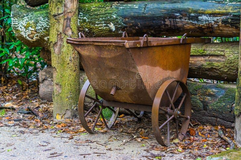 老葡萄酒矿工推车,减速火箭的庭院装饰,古典运输车 免版税库存照片