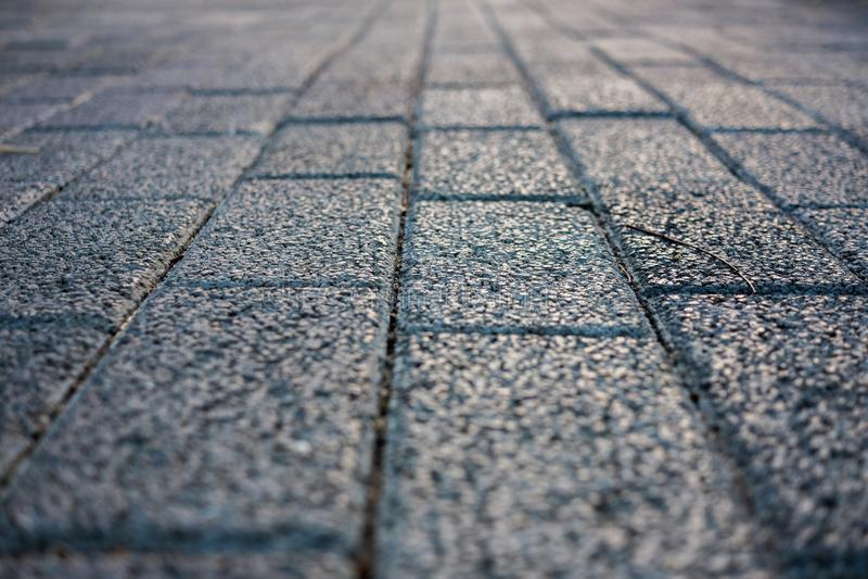 老葡萄酒粗砺的砖走道小径、边路街道背景的或纹理-建筑&结尾目标概念 免版税库存照片