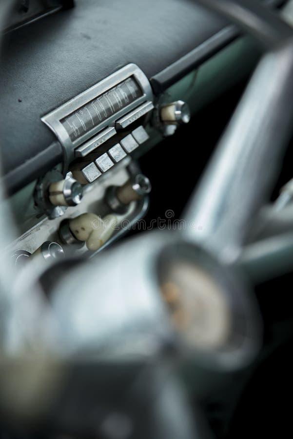老葡萄酒肌肉汽车收音机  库存照片