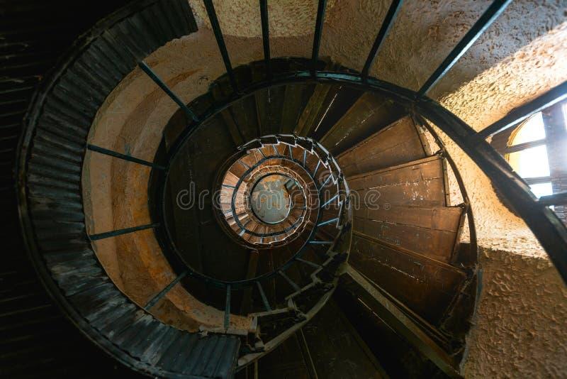 老葡萄酒螺旋形楼梯在被放弃的豪宅里 顶视图 免版税库存照片