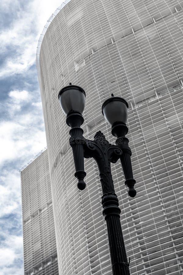 老葡萄酒街灯, S城市的街市的标志 免版税库存照片