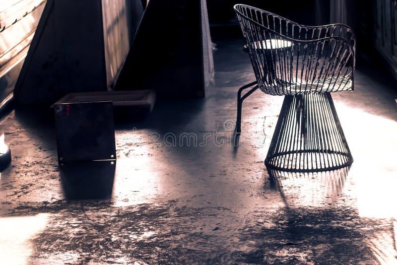 老葡萄酒被塑造的扶手椅子在仓库里 免版税库存图片