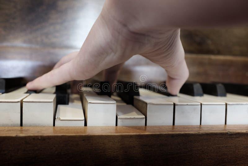 老葡萄酒钢琴锁上乌木象牙墨白色 库存照片