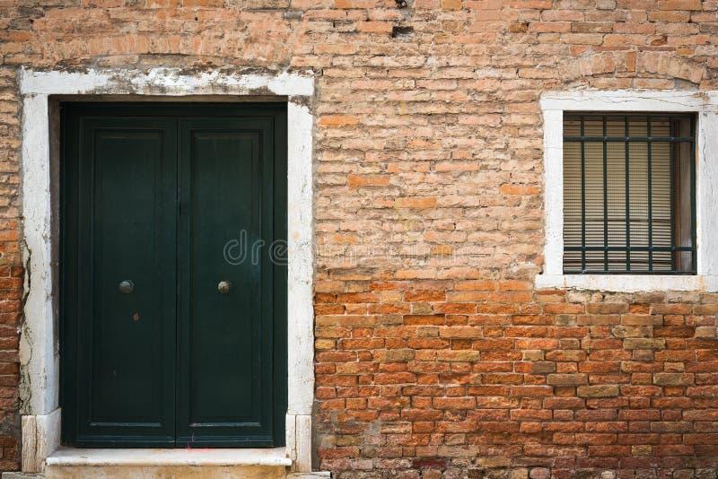 老葡萄酒门、窗口和墙壁在威尼斯,意大利 免版税库存照片