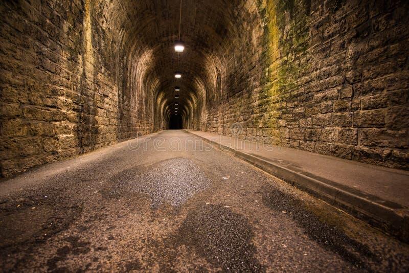 老葡萄酒隧道在比亚利兹在晚上 免版税库存图片